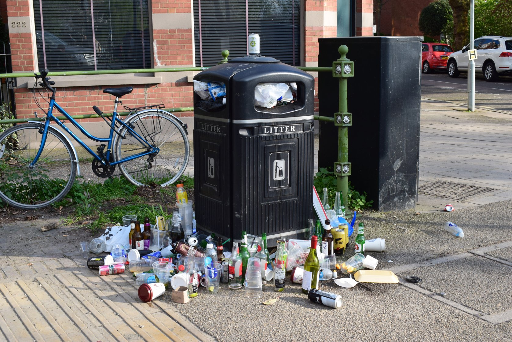 Overflowing bin near Hammersmith Bridge